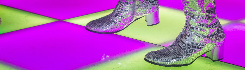 discofeest met verlichte dansvloer